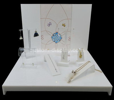 jewellery shop display products